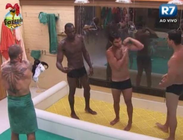Peões tomam banho juntos na sede da