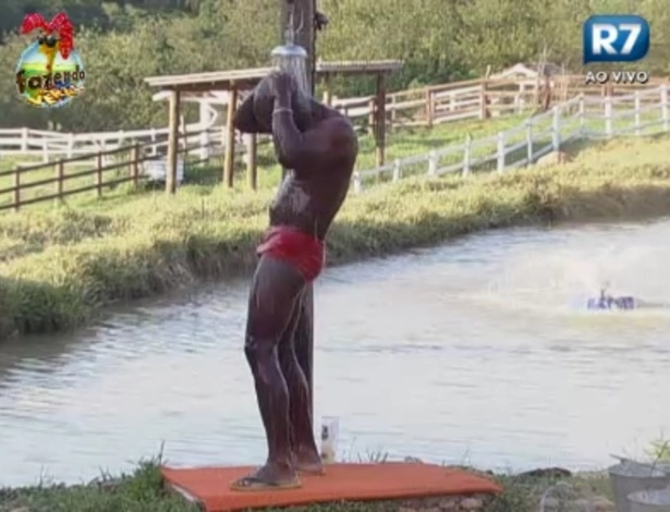 Raphael se encolhe para tomar banho no celeiro