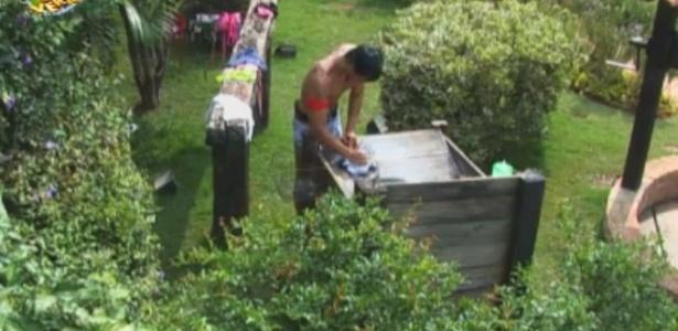 Halan lava roupas no tanque da