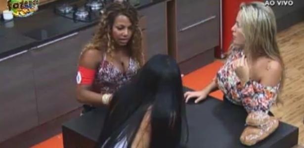 Natalia, Karine e Isis cochicham na cozinha da Sede