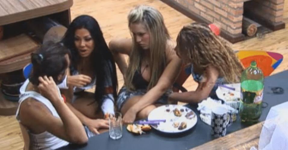 Haysam ouve a fofoca de Natalia, Ísis e Karine sobre Thyago e Flavia