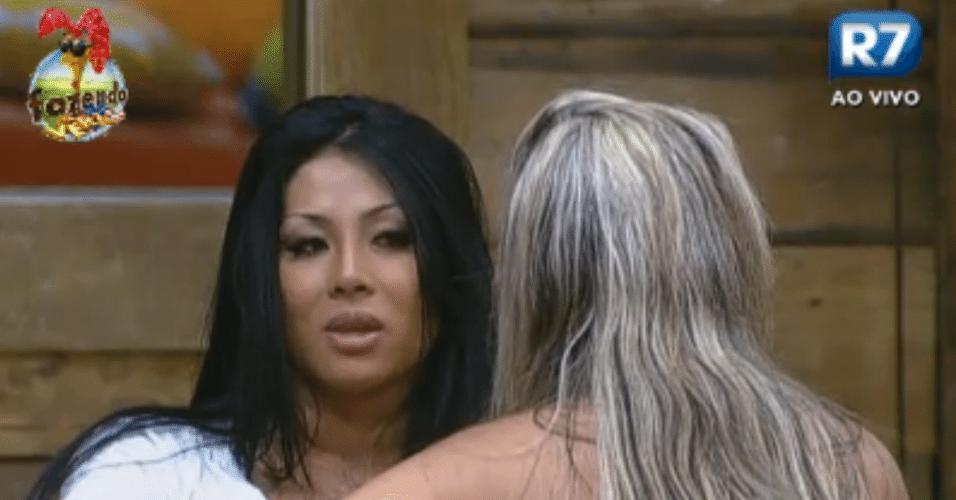 Natalia e Ísis tentam entender o casal Thyago e Flavia