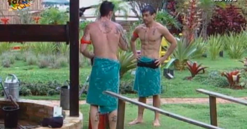 Thyago e Halan enchem baldes para tomar banho