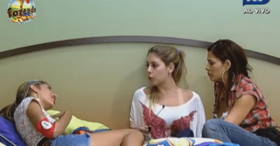 Bianca e Nuelle ouvem sobre a conversa entre Gabriela e Angelis