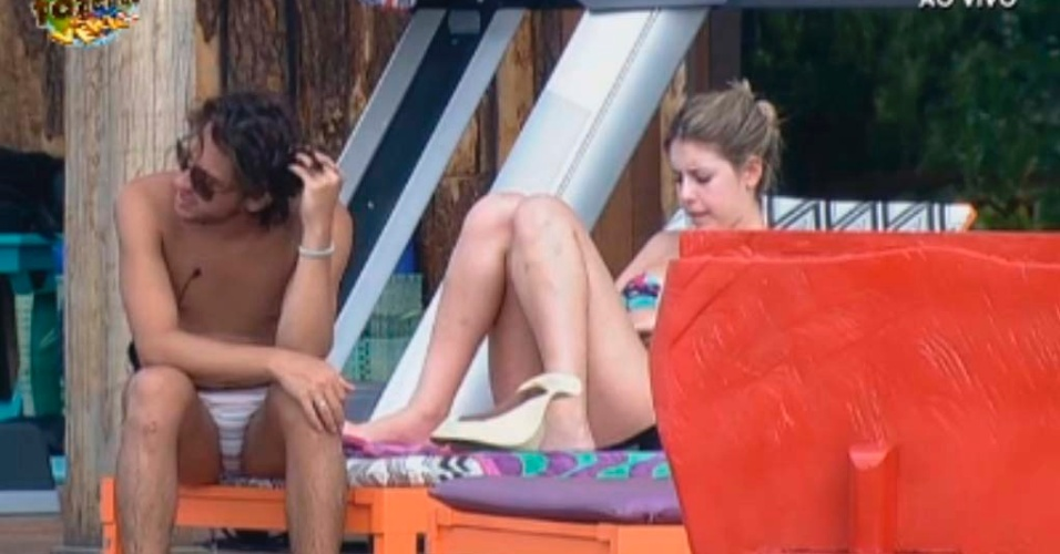 Haysam e Bianca na piscina