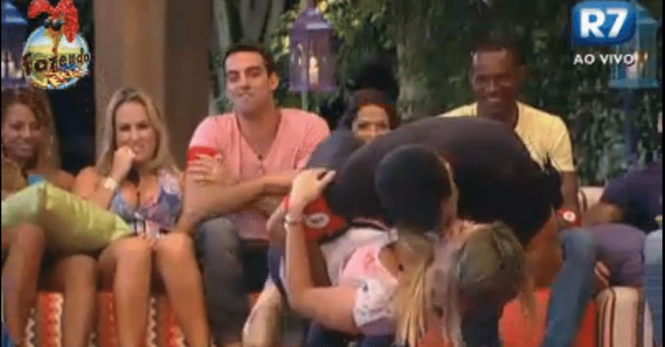 Dan beija Bianca em brincadeira de cantadas