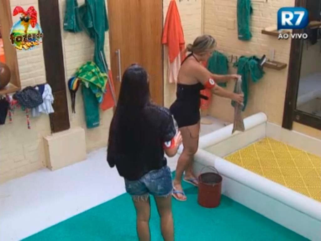 Isis e Flavia limpam o banheiro