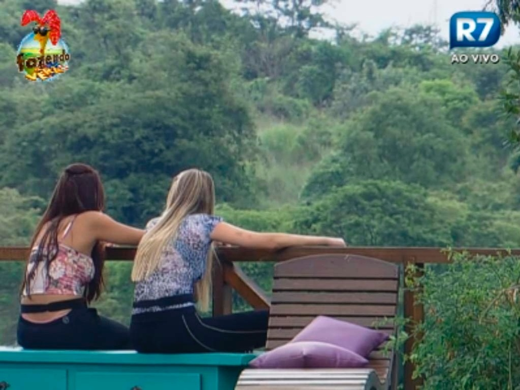Nuelle e Bianca rezam na rea externa da fazenda