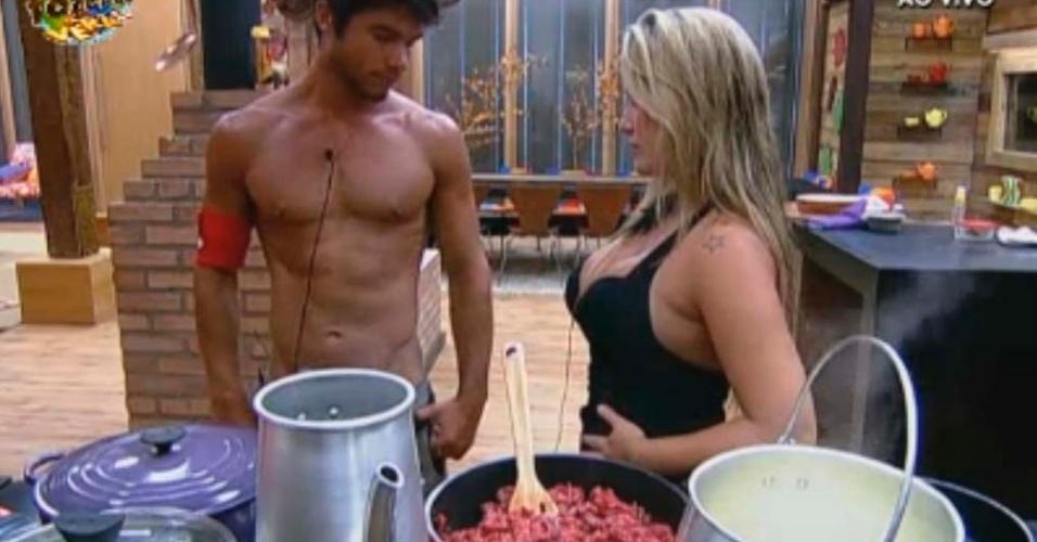 Victor e Isis preparam o almoço