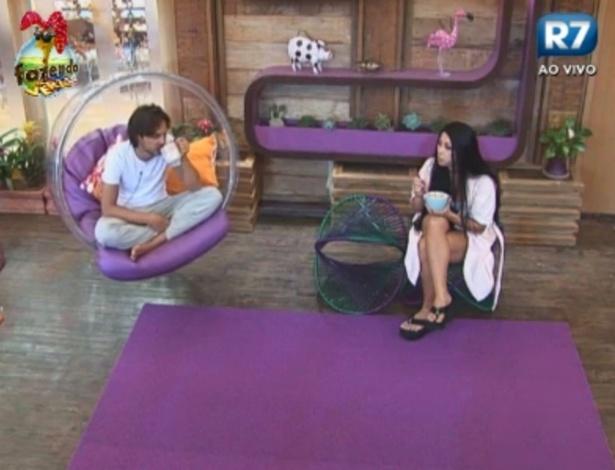 Haysam e Natalia conversam sobre atividade na varanda da Sede
