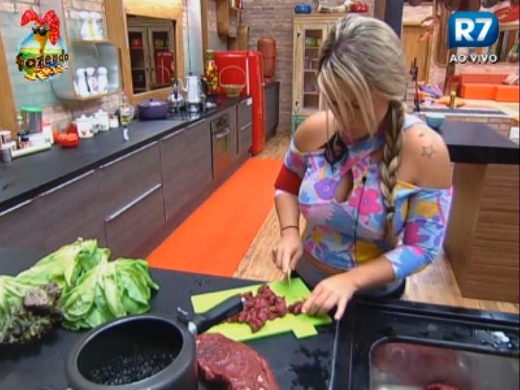 Ísis prepara o almoço para os peões