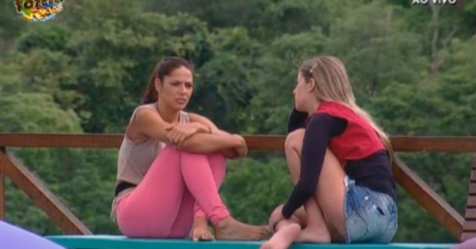 Nuelle e Bianca conversam sobre voto