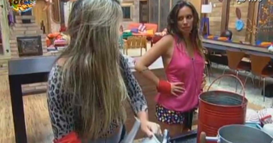 Ísis e Angelis conversam na cozinha