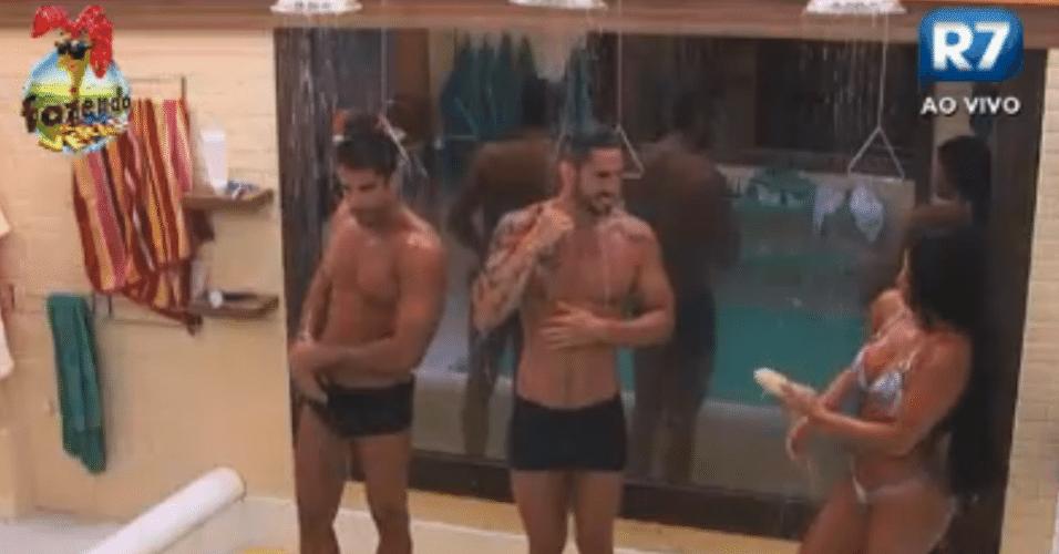 Dan, Thyago e Natalia tomam banho antes do programa ao vivo