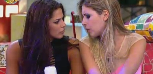 Nuelle e Bianca conversam durante a festa