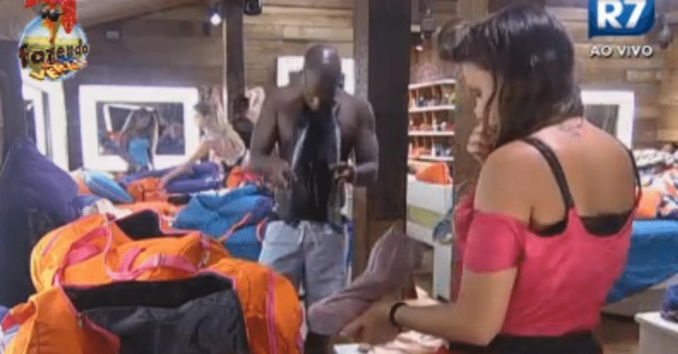 Raphael ajuda Angelis a arrumar as malas