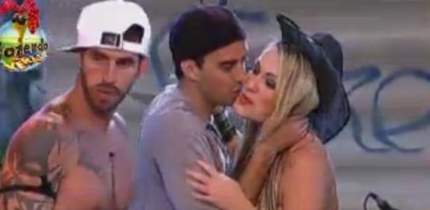 Rodrigo Carril beija Isis no rosto durante festa