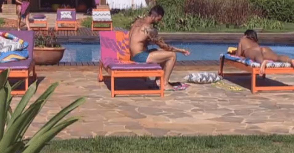 Thyago e Angelis conversam enquanto tomam sol