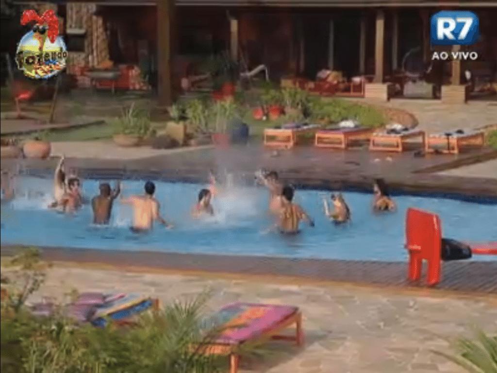 Como combinado, depois da apresentação todos caíram na piscina