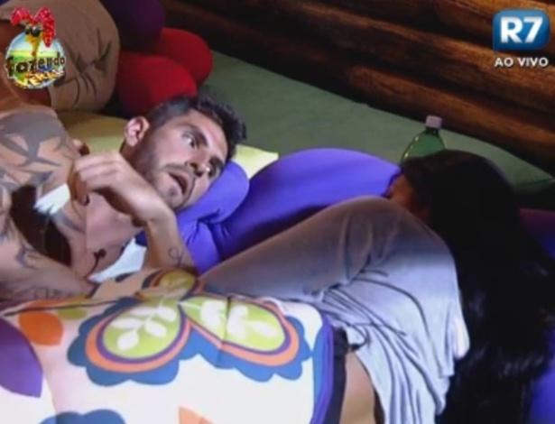 Thyago e Natalia conversam sobre atividade de dança realizada pelos peões