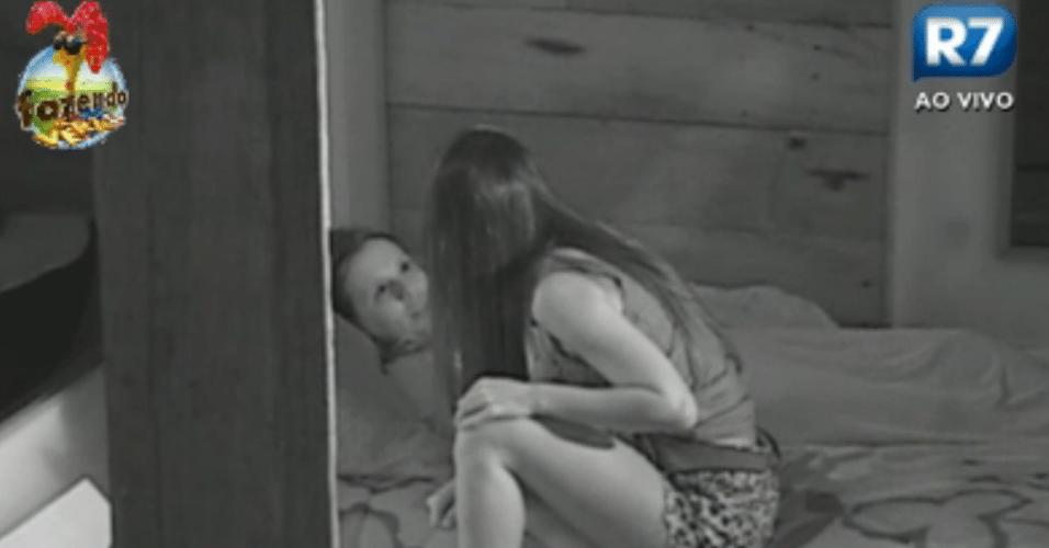 Flávia e Angelis conversam na cama sobre Dan e Natália