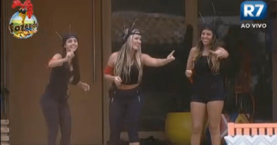 Meninas cantam e dançam música que criaram para equipe Formiga