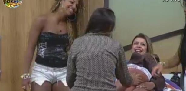 Angelis passa óleo nas pernas de Manoella e ouve piadas