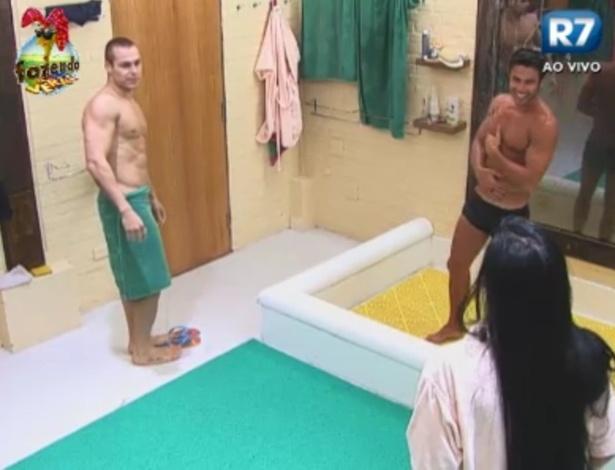 Lucas, Victor e Natalia tomam banho juntos