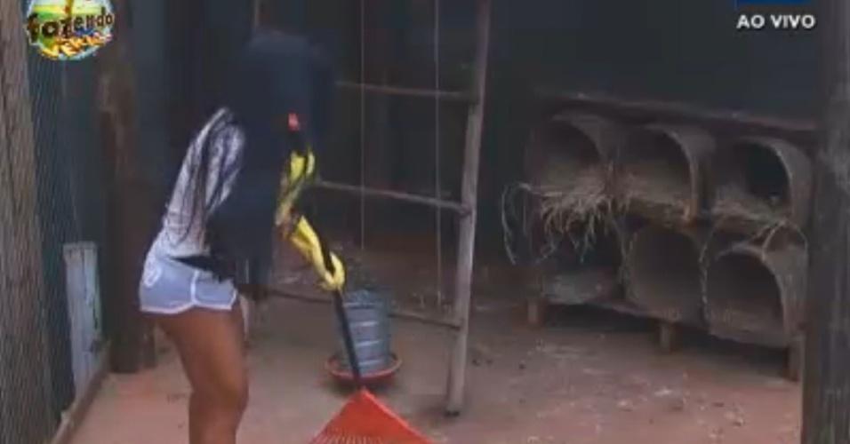 Natalia cuida da limpeza do galinheiro
