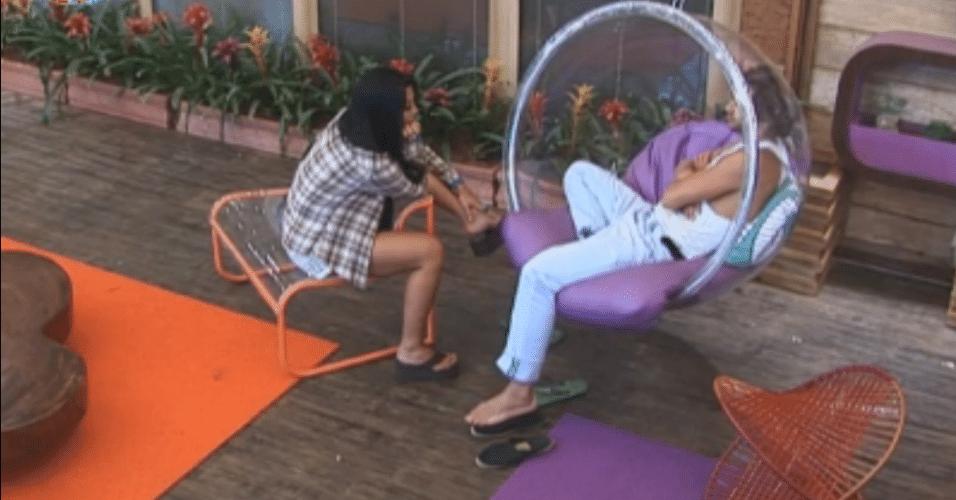 Natalia e Haysam batem papo na varanda, Lucas é o assunto