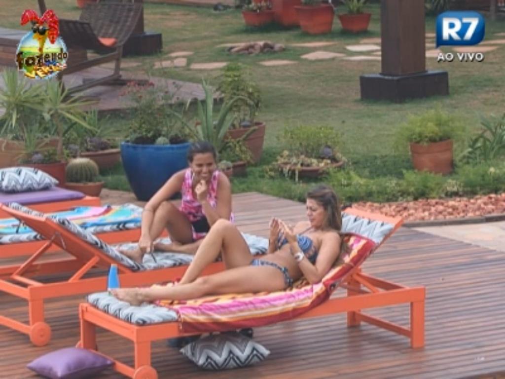 Angelis e Manoella tomam banho de sol e conversam