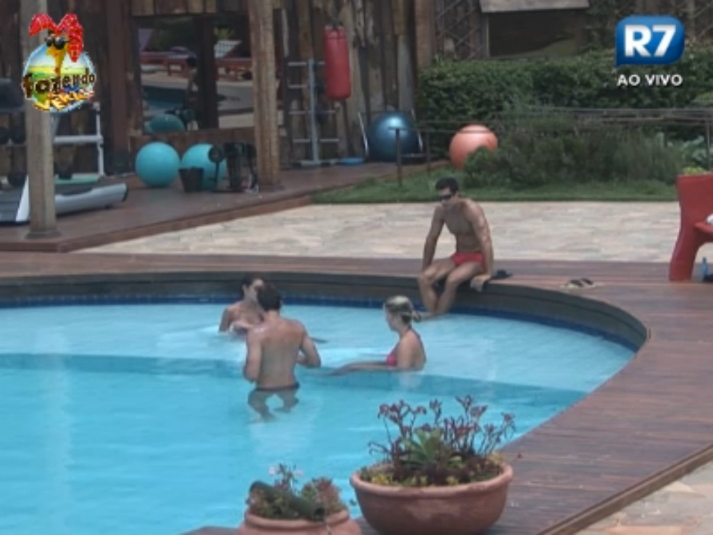 Peões na piscina comentam sobre o beijo