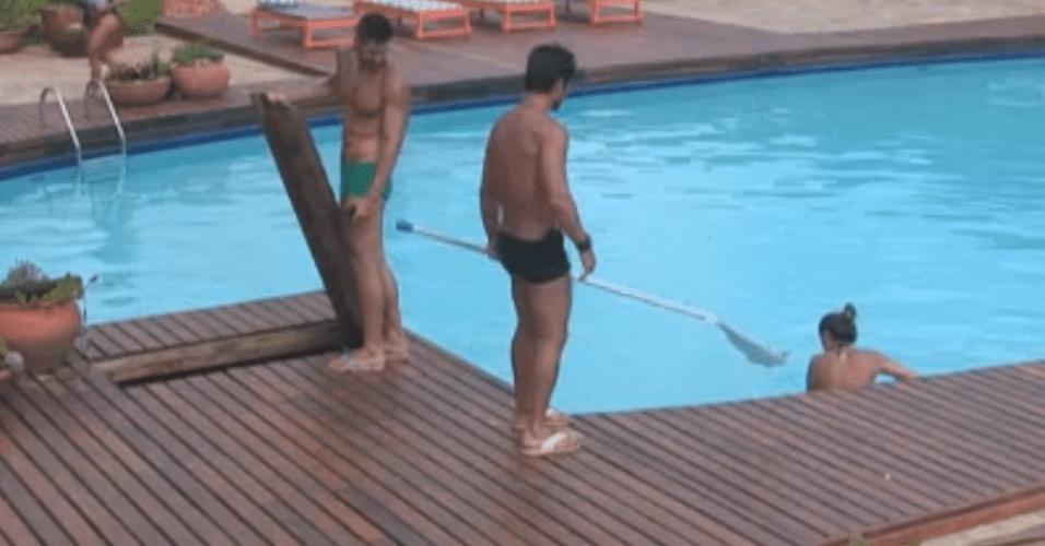 Peões encontram sapo morto dentro da piscina