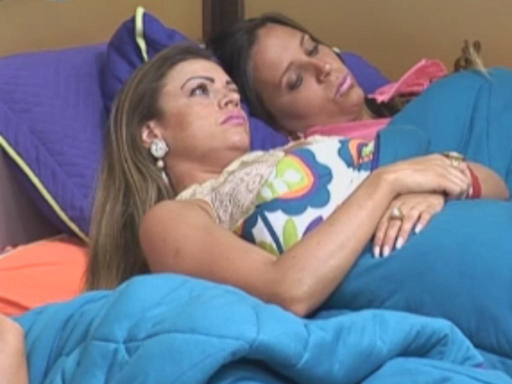 Angelis e Manoella deitam juntinhas embaixo do edredom