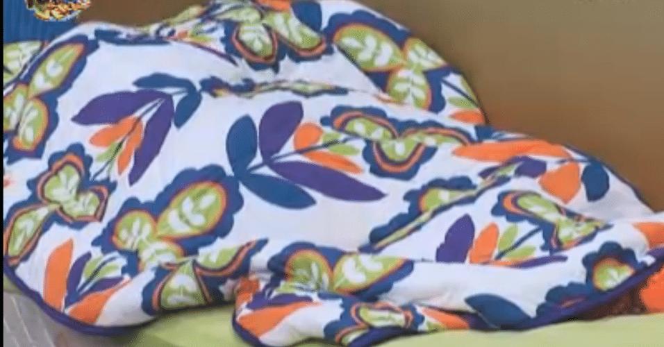 Angelis e Manoella dividem a mesma cama