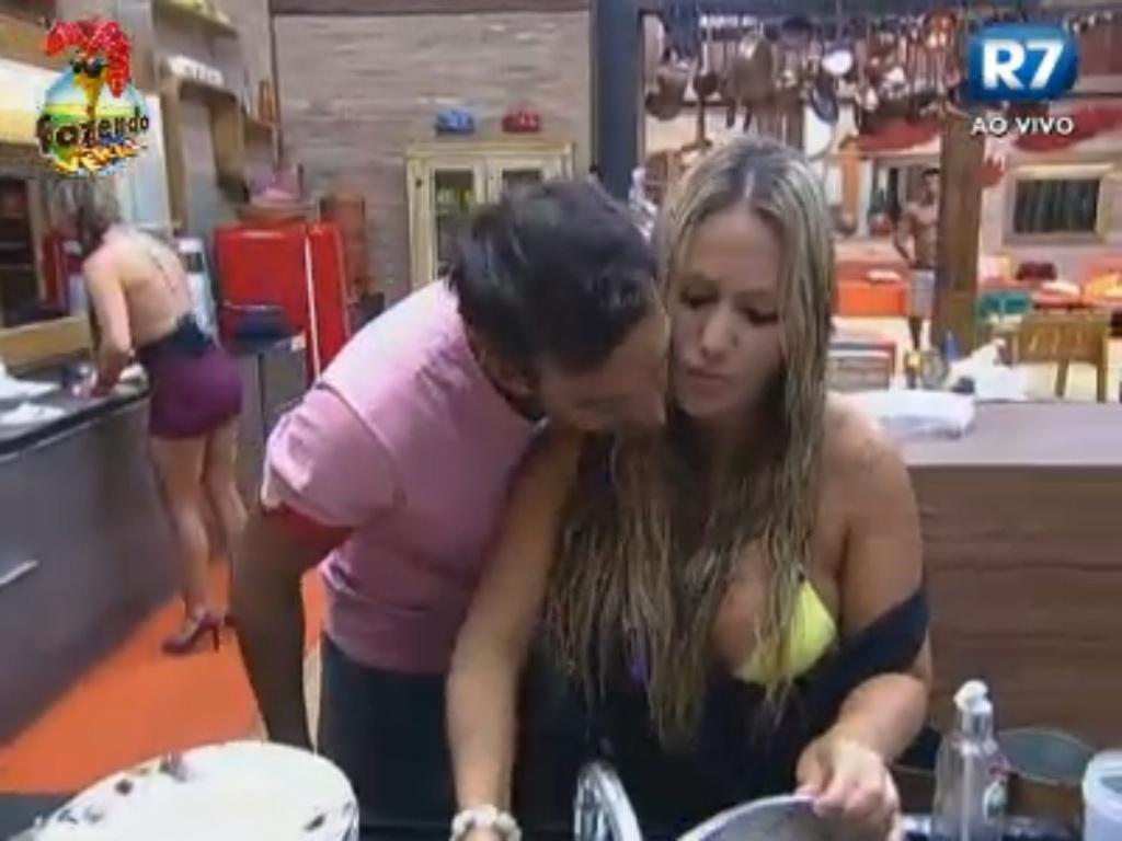 Carril faz carinho em Ísis enquanto a moça lava a louça