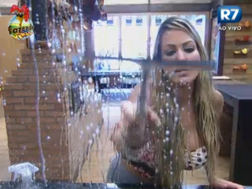 Com água encanada, Ísis limpa os espelhos da cozinha