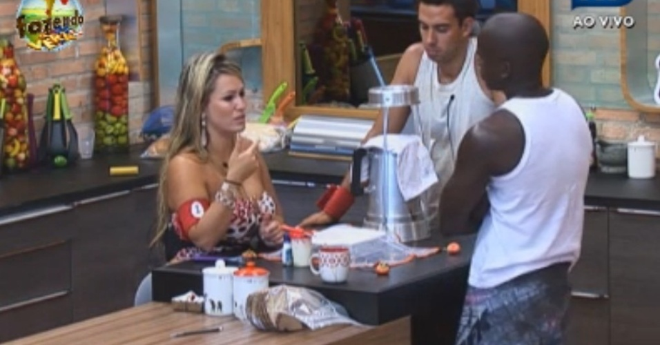 Ísis explica para Raphael e Carril que está se sentindo mal