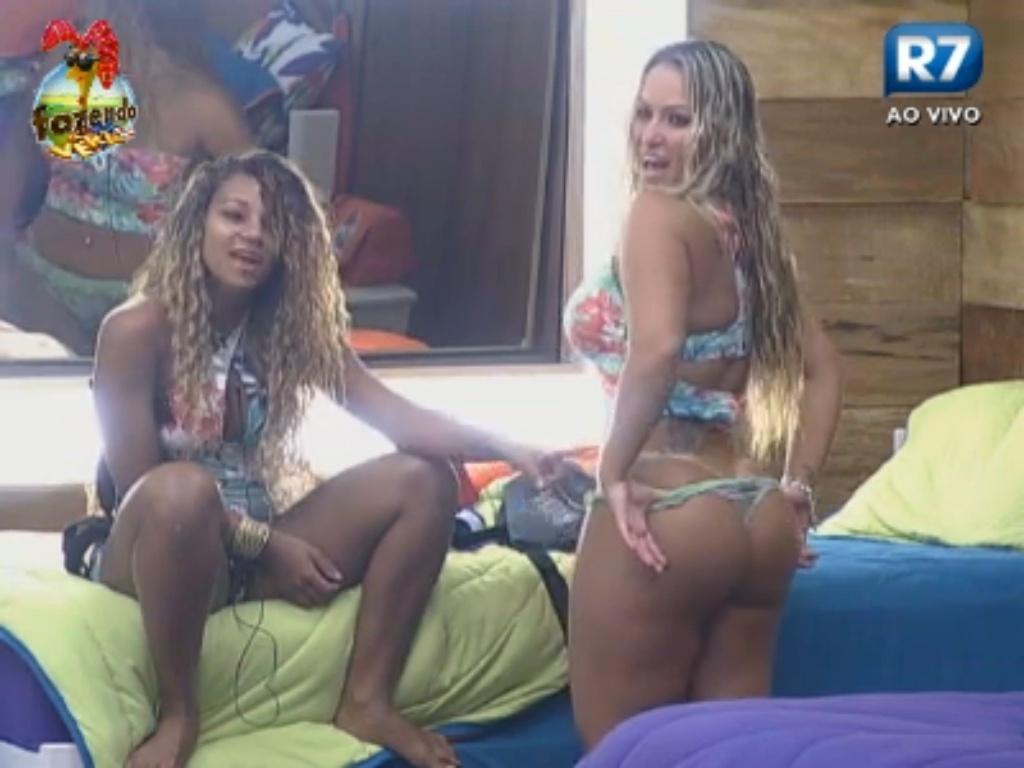 Karine exibe marca do biquíni de Ísis para Manoella e Raphael