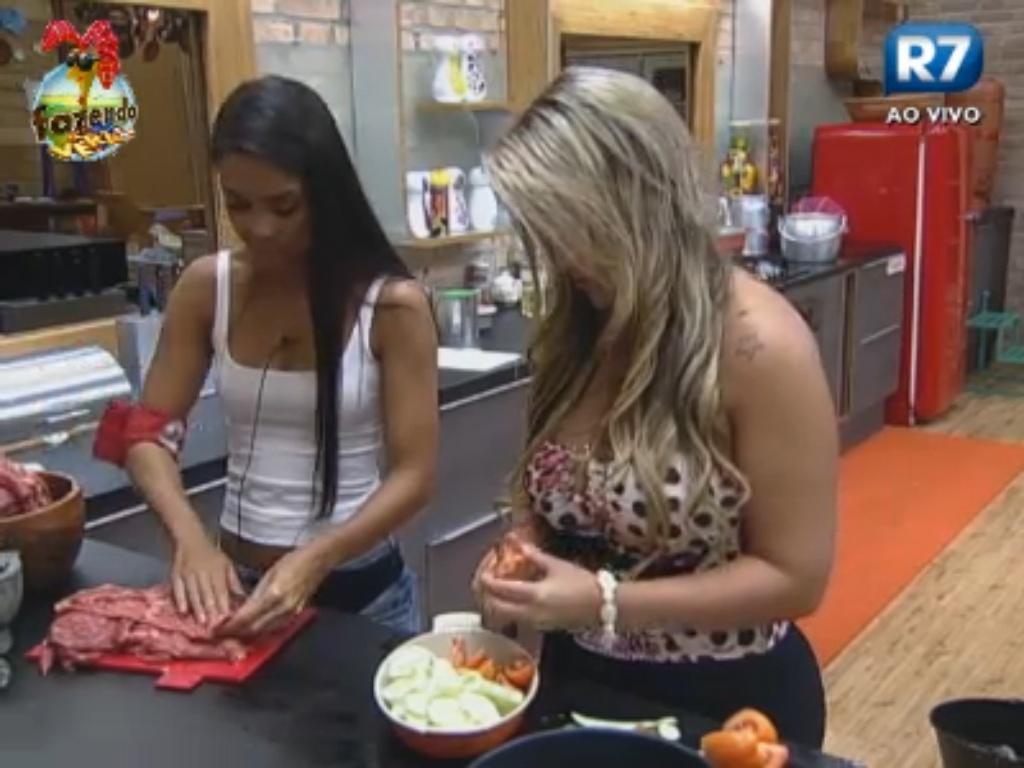 Flavia e Ísis preparam o almoço
