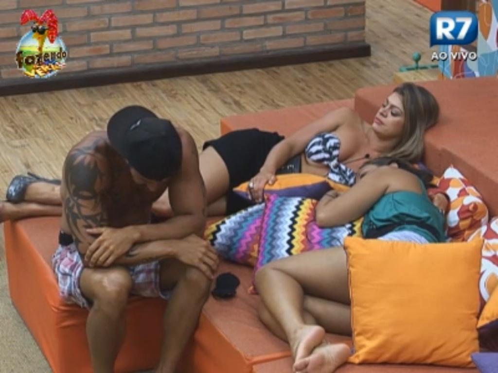 Thyago, Manoella e Angelis conversam na sala