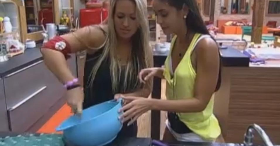 Com ajuda de Ísis, Flávia prepara sorvete caseiro