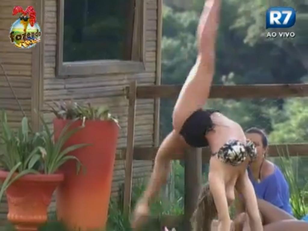 Manoella faz acrobacias para Angelis e Karine