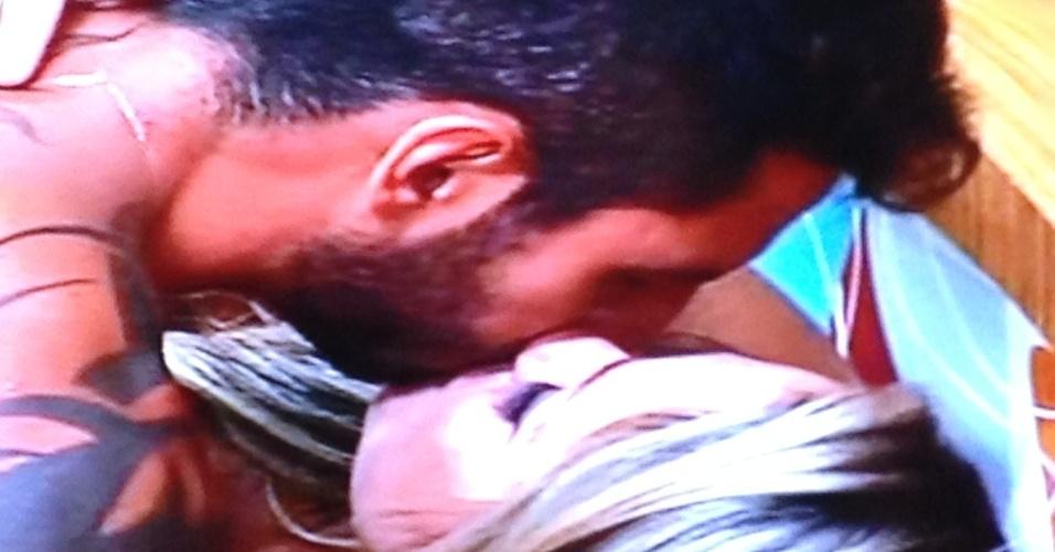 Thyago e Ísis trocam beijos no reality show