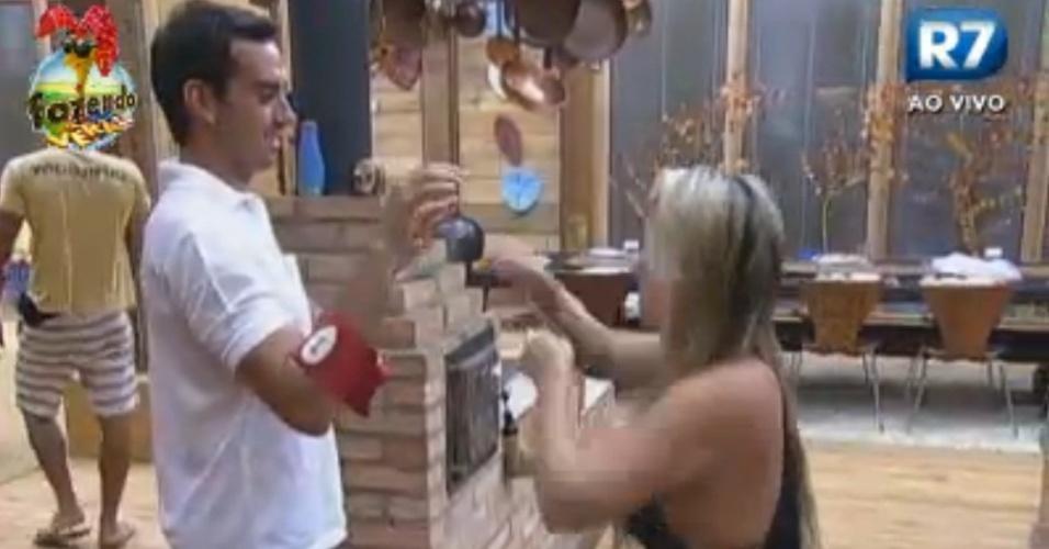 Ísis treina boxe com Rodrigo Carril