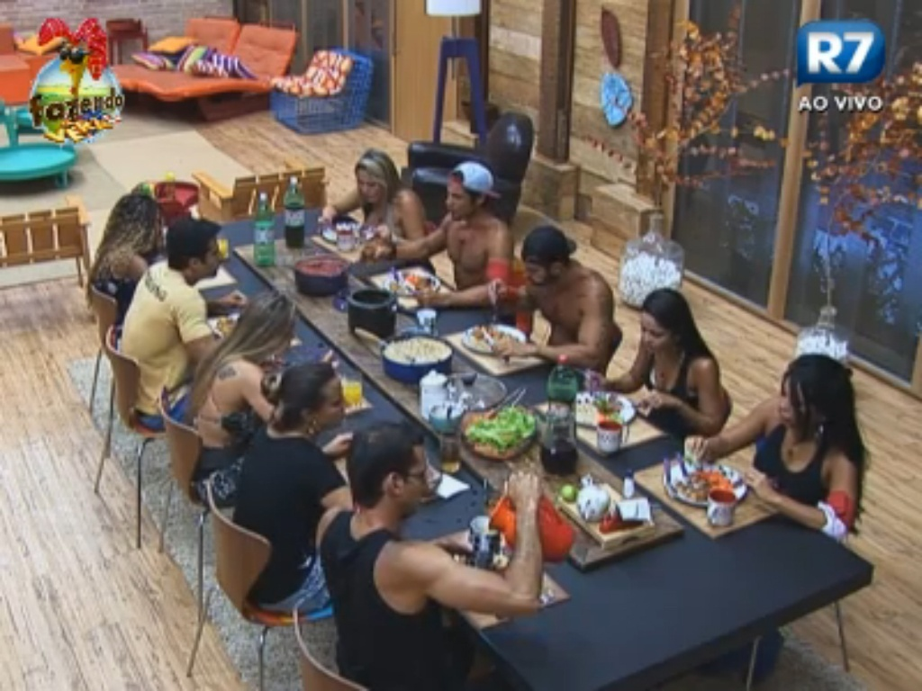 Peões almoçam juntos em tarde harmoniosa