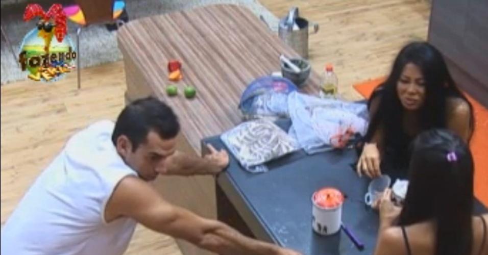 Carril, Flávia e Natália em papo quente na cozinha
