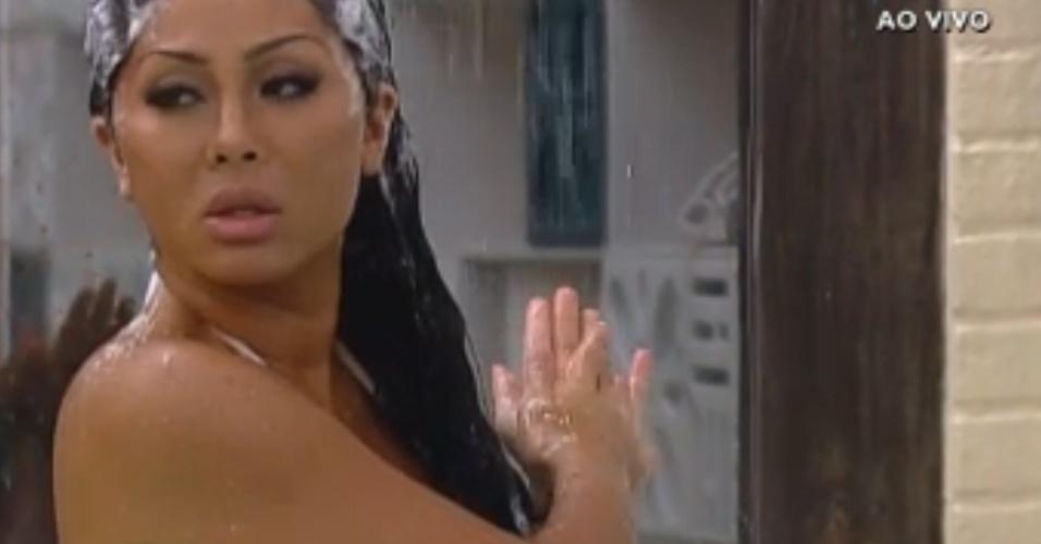Natália toma banho e exibe boa forma