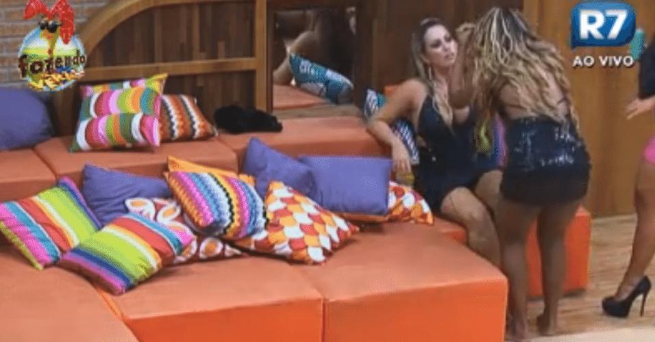 Karine tenta acalmar a Ísis em briga com Angelis