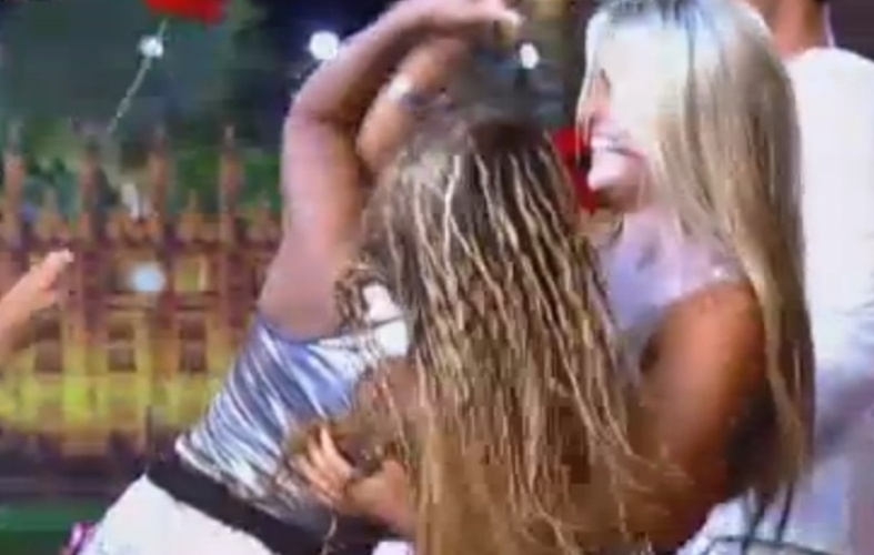Ísis tira Karine para dançar